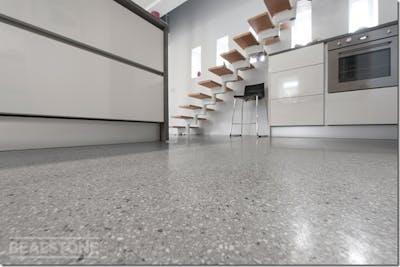 床にホワイト系のビールストンを使い部屋全体を白で統一