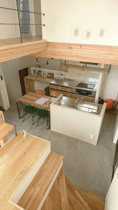 木製家具とモールテックスで暖かい空間に